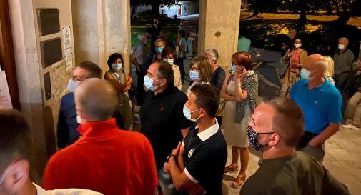 gente fuori dalla biblioteca civica di Ceneda