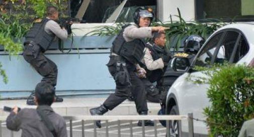 Esplosioni in centro a Giacarta: almeno 7 morti