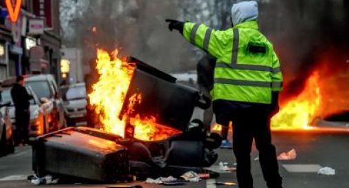 Gilet gialli, migliaia in strada: barricate e scontri a Parigi