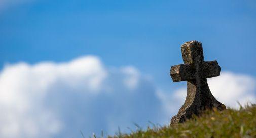 In cimitero per seppellire la moglie defunta, marito cade nella buca e muore