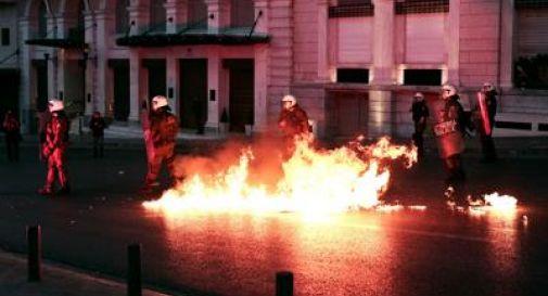 Grecia, scontri tra manifestanti e polizia davanti a Parlamento di Atene