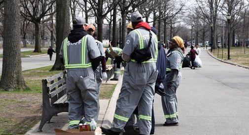 Migrante pulisce la strada per integrarsi, multa di 350 euro