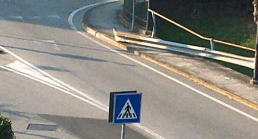 Fa il fenomeno e sgomma in rotonda: si schianta contro il guard rail e scappa