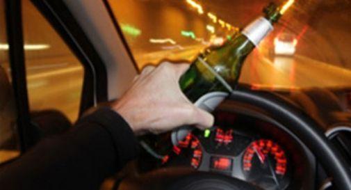 Ubriaco alla guida, gli ritirano la patente. Dopo ore lo trovano ancora alla guida ubriaco: