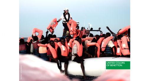Migranti sui barconi, la campagna pubblicitaria di Toscani per Benetton