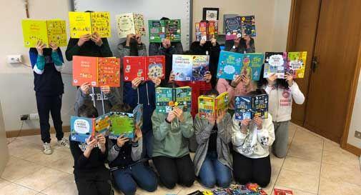 A Vittorio Veneto i ragazzi di terza media donano 50 libri alla loro scuola