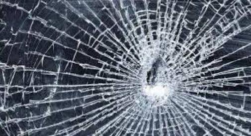 86enne sfonda la vetrina e travolge commerciante