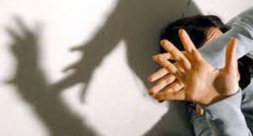 Colpisce alla testa la convivente con una mazzetta, arrestato