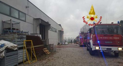 Incendio all'interno di un laboratorio ad Altivole, intaccato dalle fiamme anche un appartamento