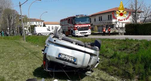 L'auto sbanda e finisce fuori strada: tre fratelli finiscono in ospedale