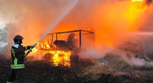 A fuoco stalla e fienile. Proprietario tra le fiamme per mettere in salvo gli animali