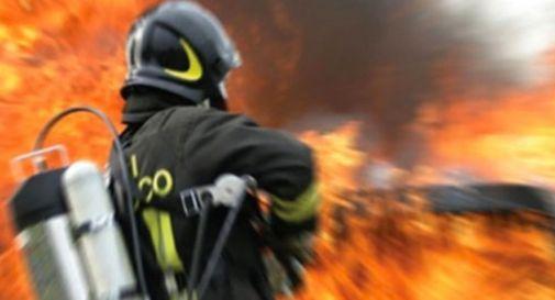 Incendio nella notte in via del Fante a Vittorio Veneto: distrutta un'auto, danneggiata la scuola