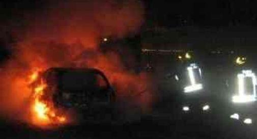 A fuoco 4 auto della polizia