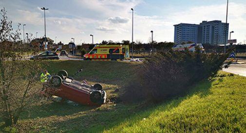 Incidente stradale, auto finisce in mezzo alla rotonda dell'ospedale:grave un uomo