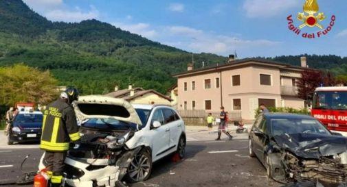 Schianto tra due auto, quattro i feriti