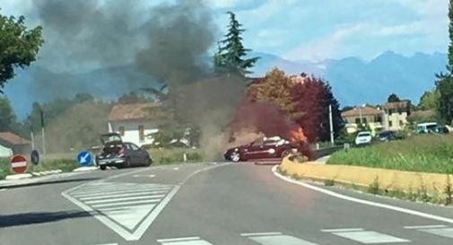 l'auto incendiata di oggi pomeriggio (foto facebook)