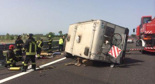 Camper si capovolge in autostrada, morta una ragazza di 22 anni