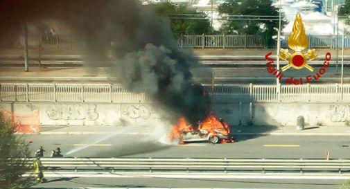 Auto a fuoco, paura in via della Libertà
