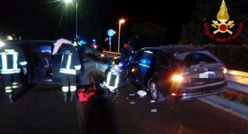 Schianto tra due auto nella notte, tre feriti