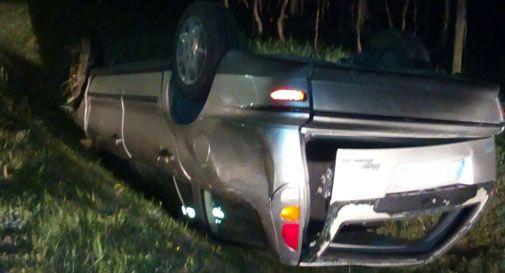 L'auto si rovescia, lui scappa rompendo il vetro posteriore