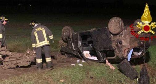 Auto esce di strada e si ribalta: 4 i feriti