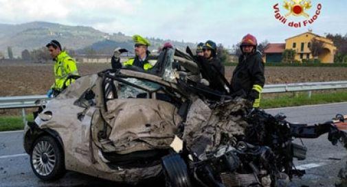 Schianto mortale tra un auto e un camion, il bilancio è di un morto