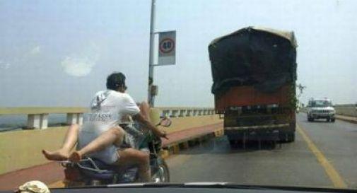 India, fanno sesso in sella alla moto in corsa: foto impazza sui social e coppia viene multata