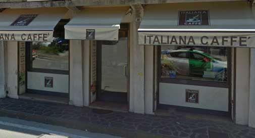 Dimentica migliaia di euro sul tavolino del bar, la titolare e le cameriere