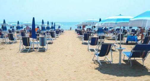 Terrore in spiaggia a Jesolo, gang di 30 ragazzini pesta i bagnini e li manda in ospedale