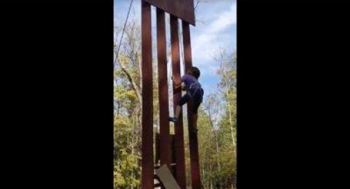 La piccola Lucy sfida il muro di Trump, lo scala in un minuto