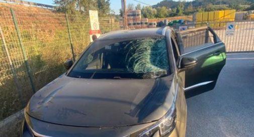 La ruota si stacca da una macchina e colpisce la loro auto in corsa: intera famiglia miracolata