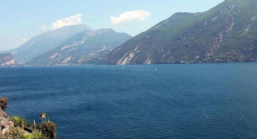 Lago di Garda, trovato cadavere in una barca: si cerca una donna