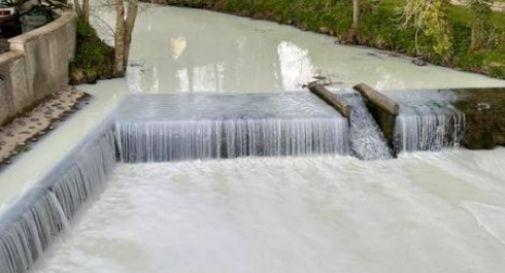 Autocisterna si ribalta e trasforma il fiume in una cascata di latte VIDEO