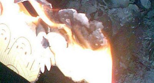 Brucia lettere d'amore, ma prende fuoco l'intera baita