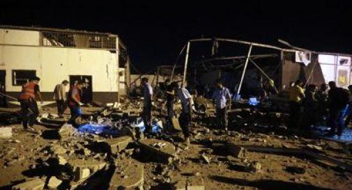 Raid su centro detenzione migranti in Libia, 40 morti