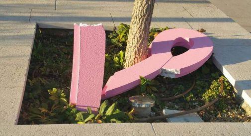 Ancora vandali contro la Lilt: distrutto anche il fiocco rosa in piazza Mazzini