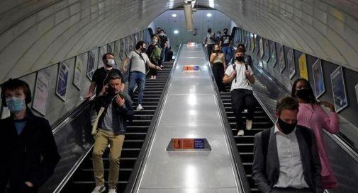 Covid, Londra rinvia revoca restrizioni