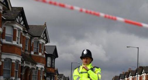 Donna incinta di 8 mesi accoltellata a morte a Londra. I medici riescono a far nascere il piccolo