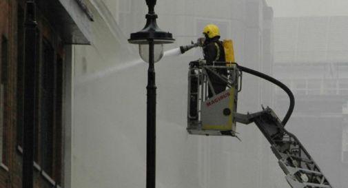 Londra, incendio in un palazzo: oltre 100 vigili del fuoco sul posto