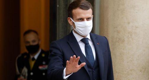 Macron preso a schiaffi, il video della tv