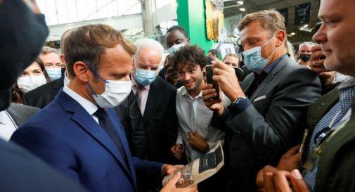 Francia, Macron colpito da un uovo a Lione