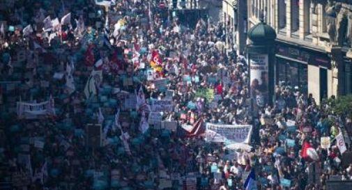 Migliaia in piazza contro Macron