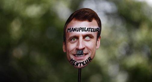 Macron come Hitler sui poster, legali presidente fanno causa