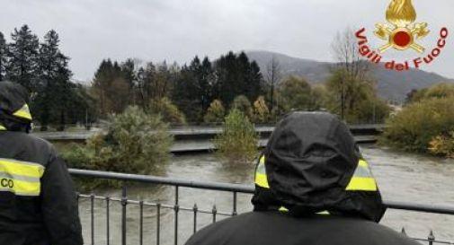 Adige in piena, uomo nel fiume lotta con pompiere che lo soccorre