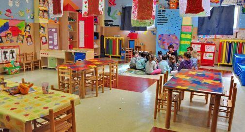 Insegnante e alunni scuola dell'infanzia