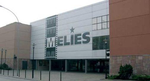 Gruppo di ragazzini spacca la serratura e tenta di entrare al cinema Meliès di Conegliano