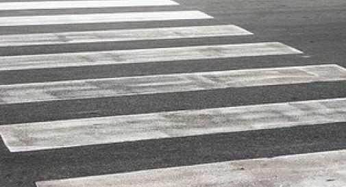 Attraversa la strada in bici sulle strisce, travolta e uccisa
