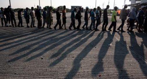 Offre acqua a migranti, a processo. Rischia 20 anni di carcere