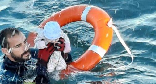 Migranti, neonato salvato in mare