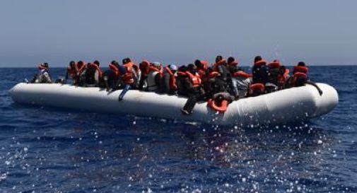 Migranti, barcone si capovolge al largo della Libia: 7 morti. Oltre 500 in salvo